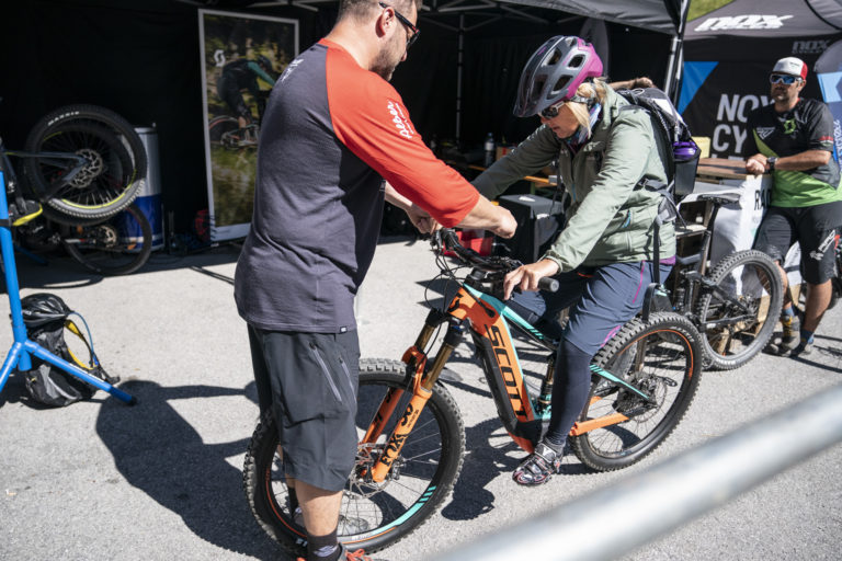 Am E-Bike Festival in St. Anton am Arlberg powered by Haibike werden die Test-Bikes idividuell angepasst.